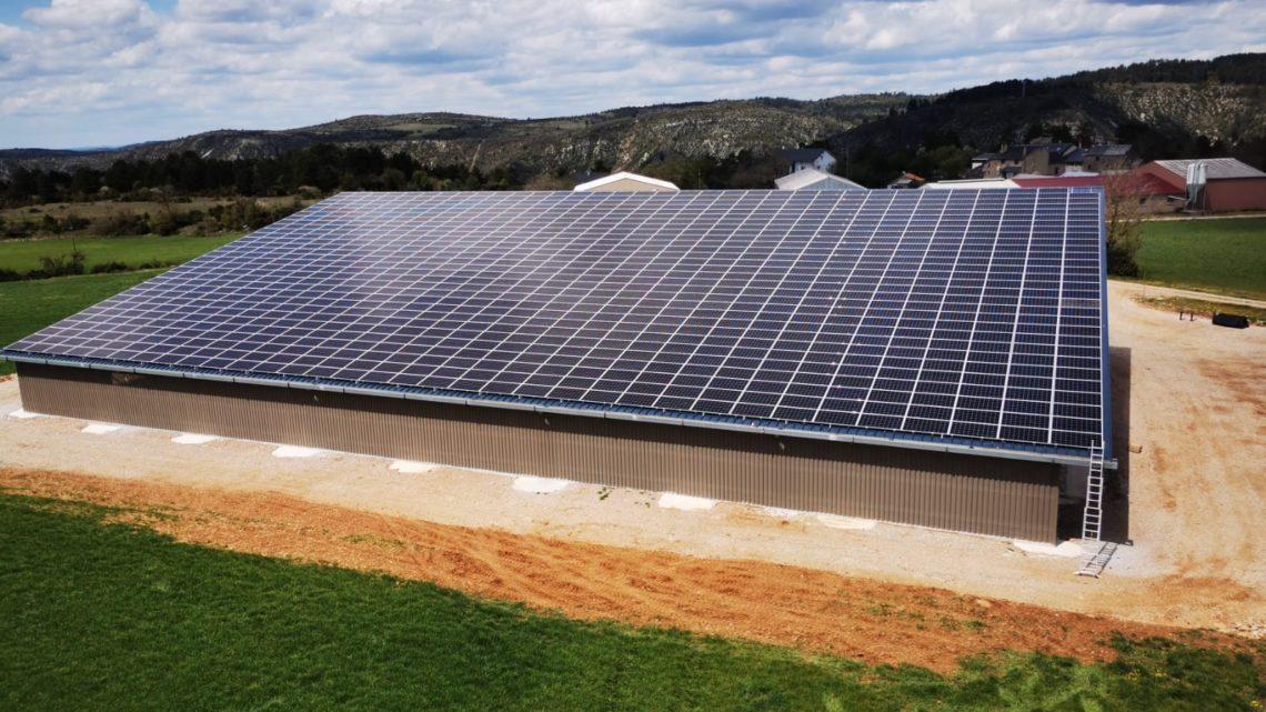 panneaux solaires sur hangar agricole dans les cevennes